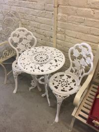 table et deux chaises de jardin