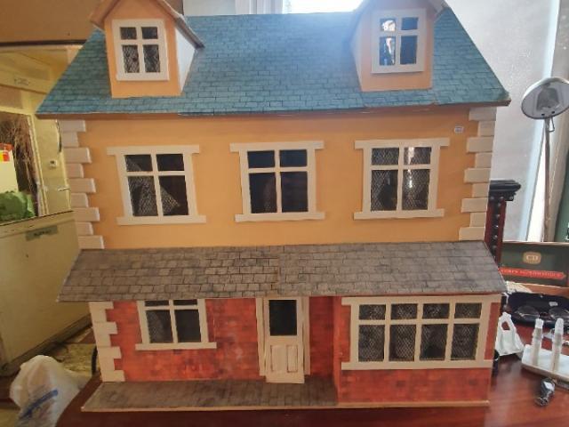 maison de poupée a trois étages avec tout le mobilier etb electrifiée